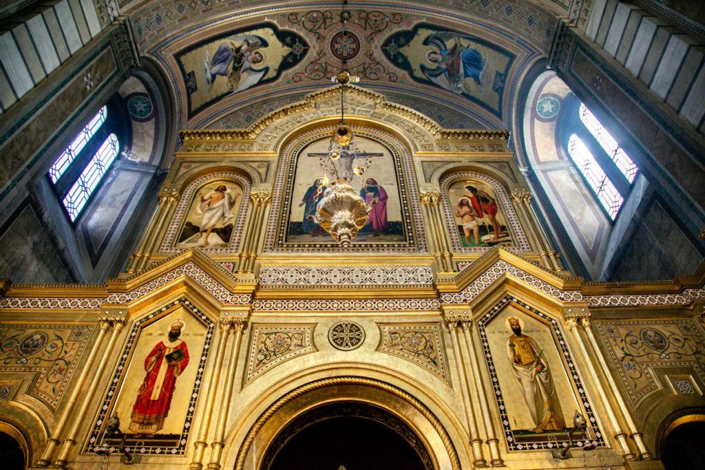 Altare e Dipinti dentro la Chiesa Serbo Ortodossa di San Spiridione