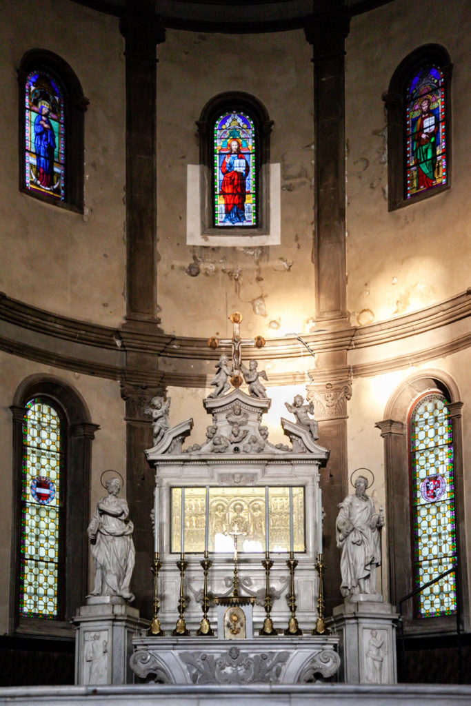 Altare e finestre nel duomo di Cividale del Friuli