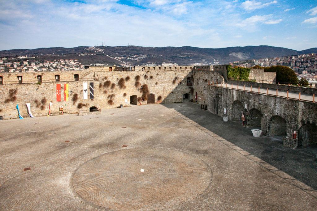 Camminamenti sul cortile delle Milizie nel Castello di San Giusto