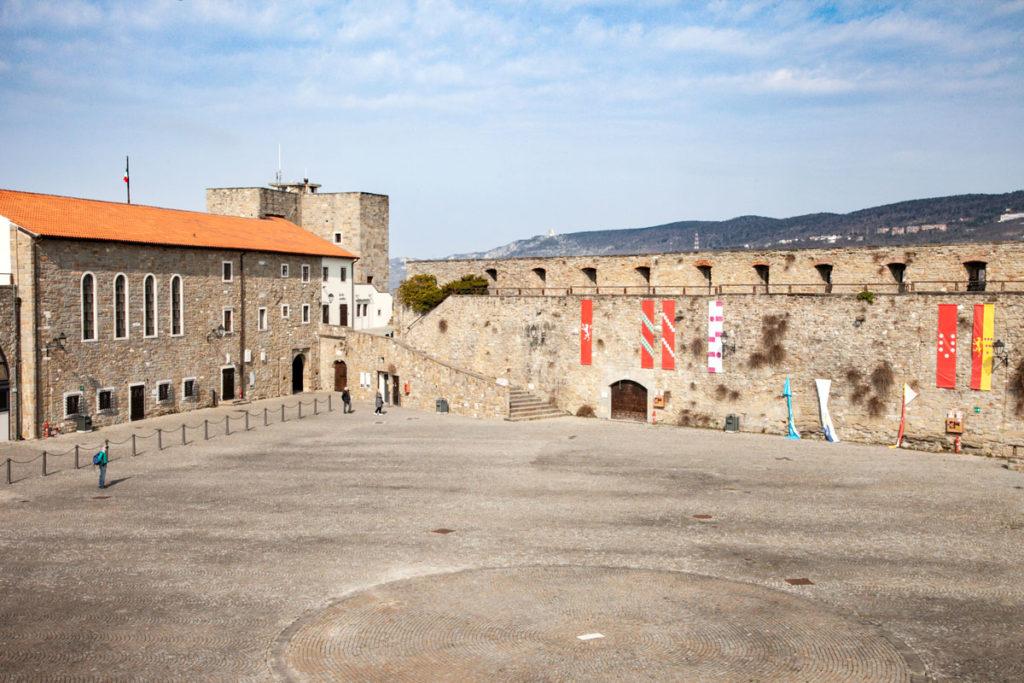 Cortile delle Milizie del Castello di Trieste - Bastioni e Casa del Capitano