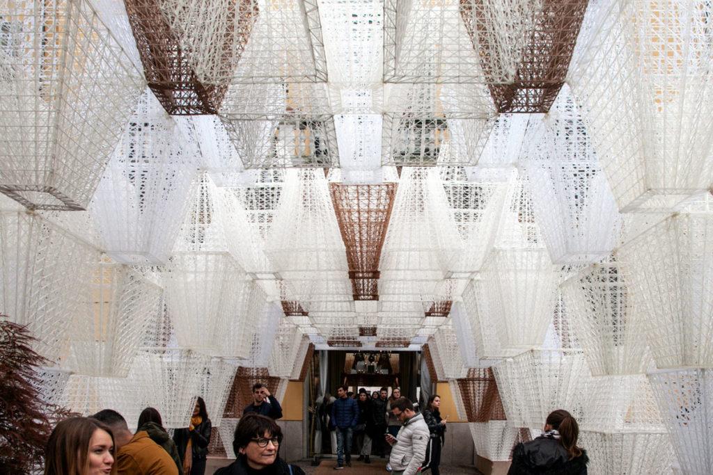 Cortile di Palazzo Isimbardi - Conifera di Arthur Mamou-Mani installazione di COS