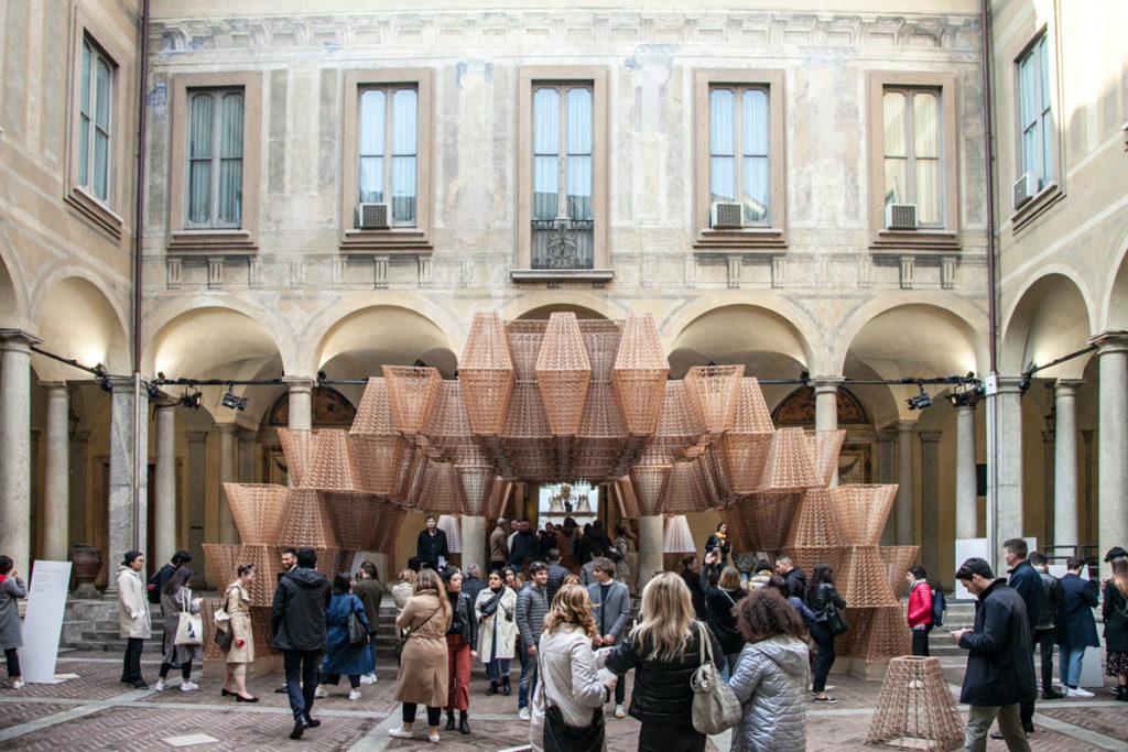 Cortile ingresso di palazzo Isimbardi - Installazione con stampa 3D di COS - Fuorisalone 2019