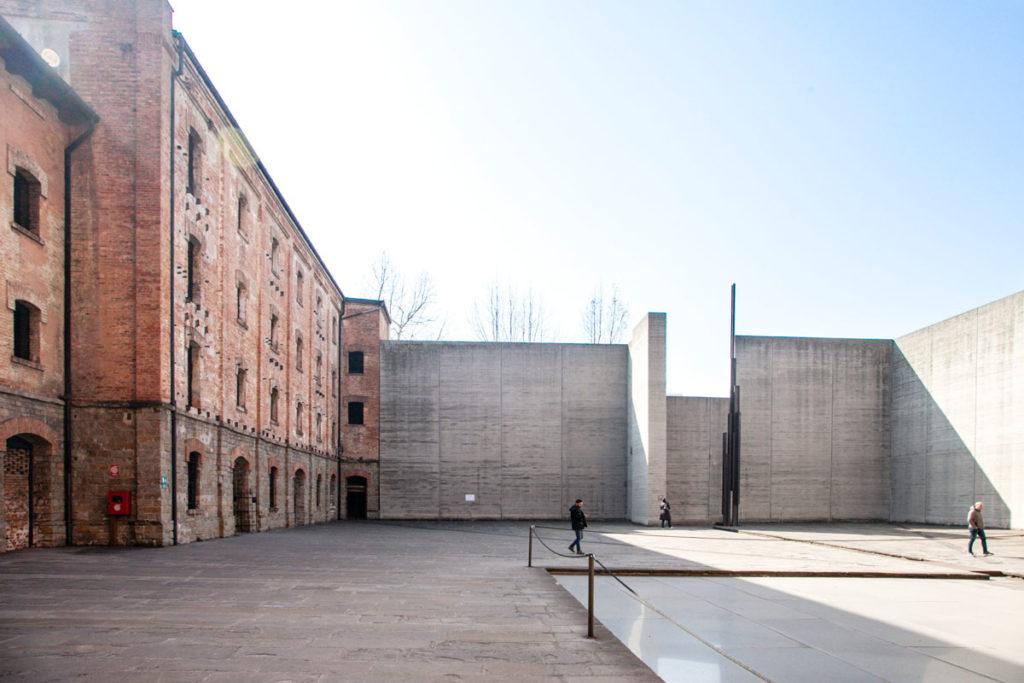 Cortile interno del lager di Trieste con base del forno crematorio