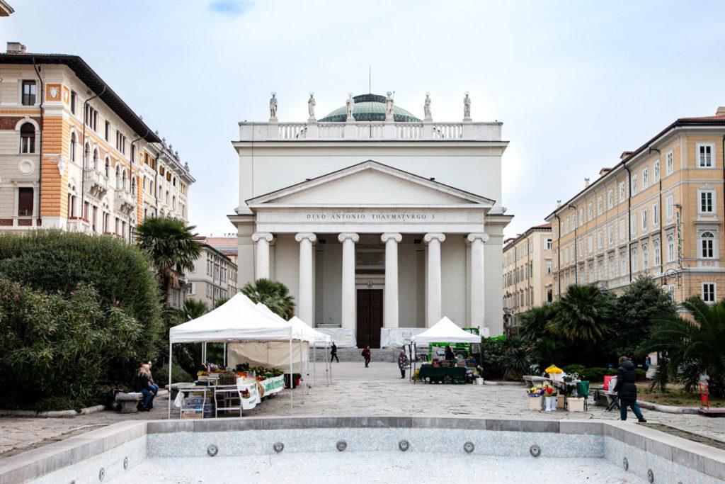 Facciata neoclassica della Chiesa di Santo Antonio Taumaturgo - Trieste
