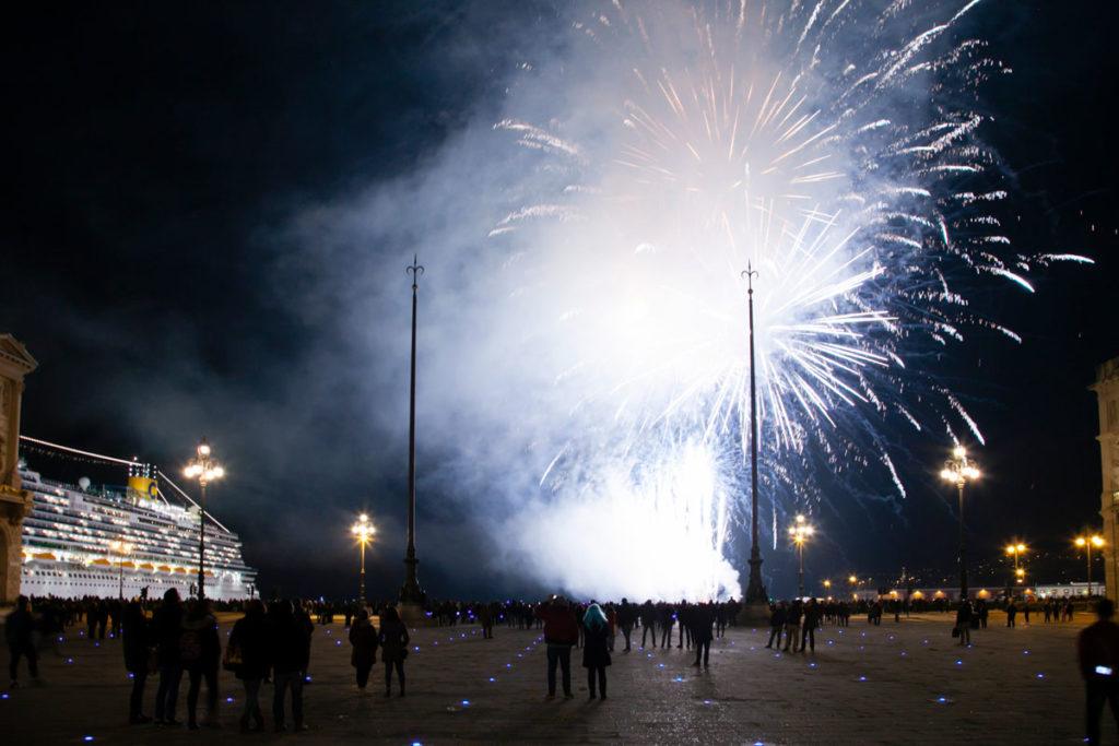 Fuochi artificiali a Trieste sul lungomare - piazza principale di Trieste