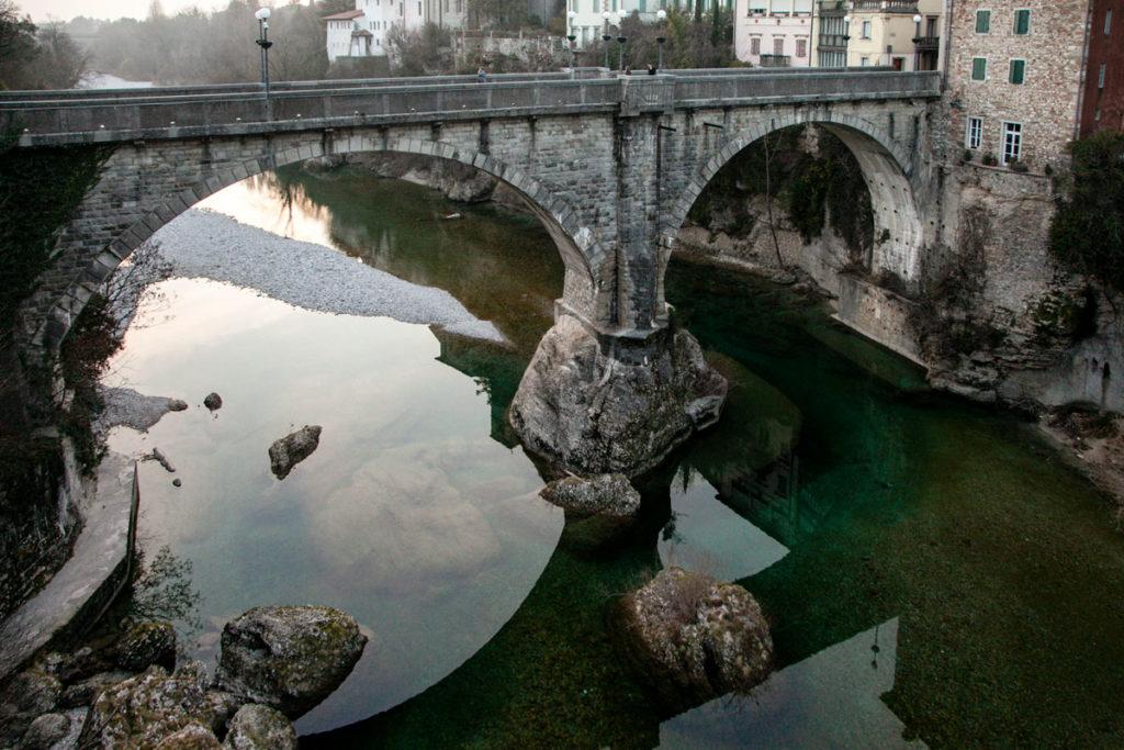Il ponte del diavolo sul fiume Natisone e macigno fuiazze
