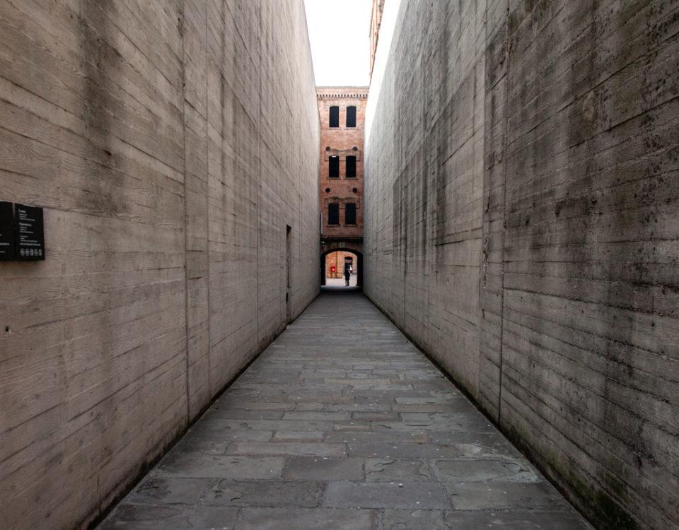 Ingresso soffocante della Risiera di San Sabba pareti in cemento