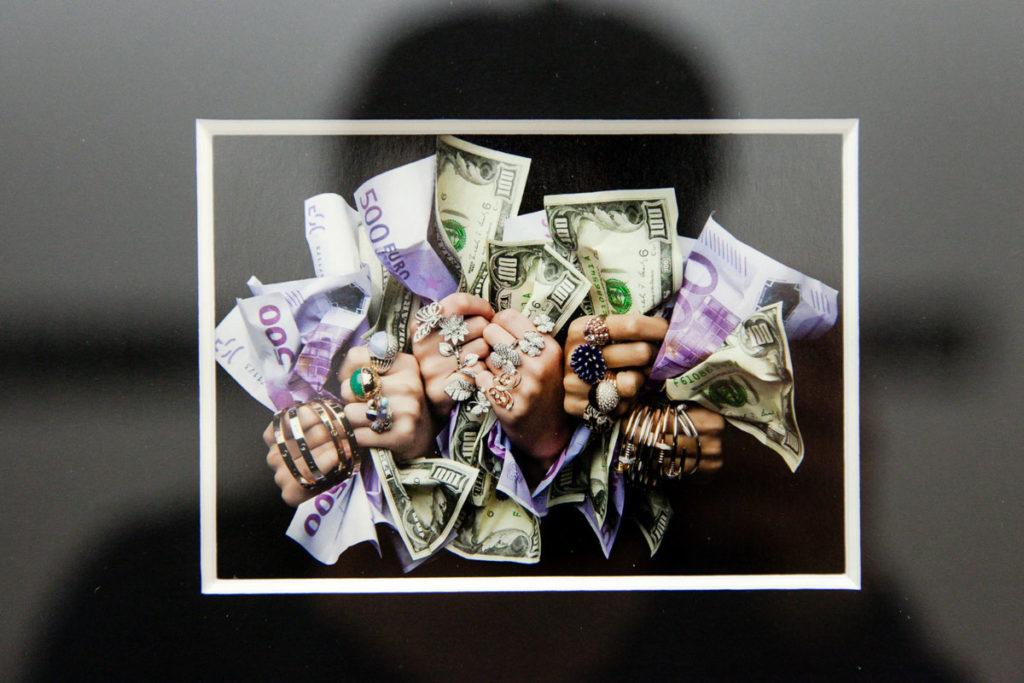 Mani con soldi di Oliviero Toscani - Più di 50 anni di Magnifici Fallimenti