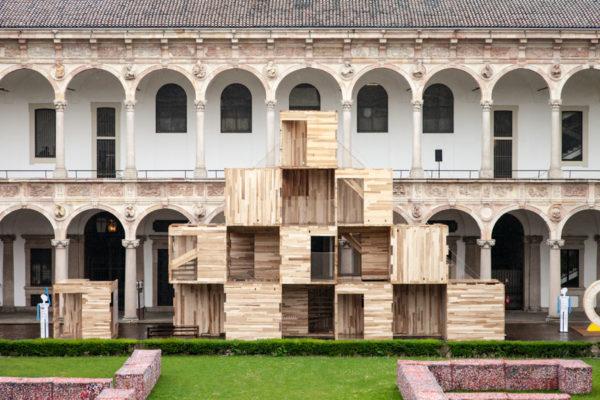 Multiply Piano - Cubi di legno di Waugh Thistelon Architects nel cortile di onore della Statale di Milano