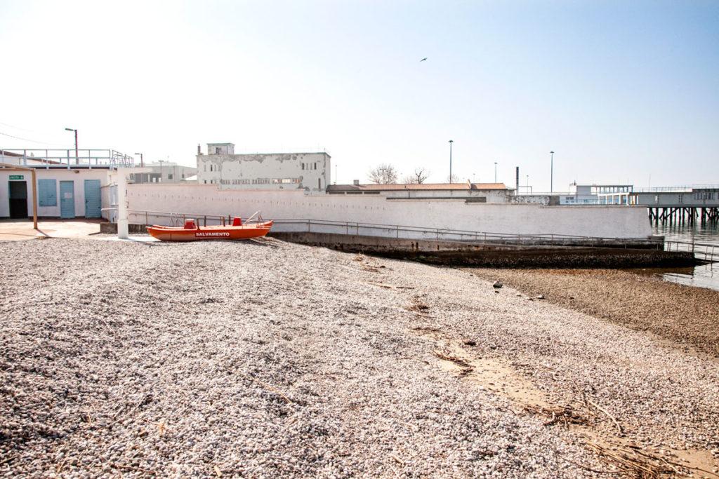 Muro nello stabilimento balneare diviso tra uomini e donne - Trieste
