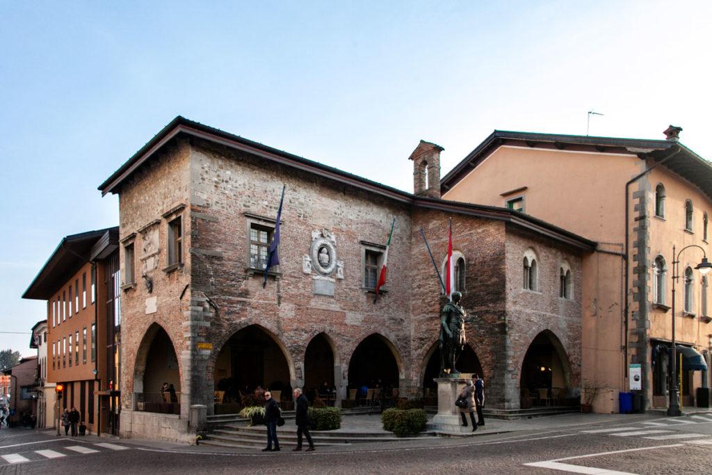 Palazzo Comunale di Cividale del Friuli e statua di Caio Giulio Cesare