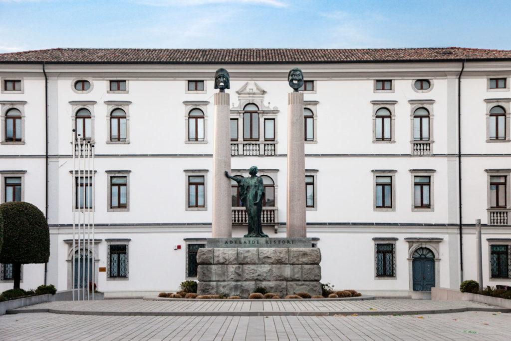 Piazza Foro Giulio Cesare con Statua di Adelaide Ristori