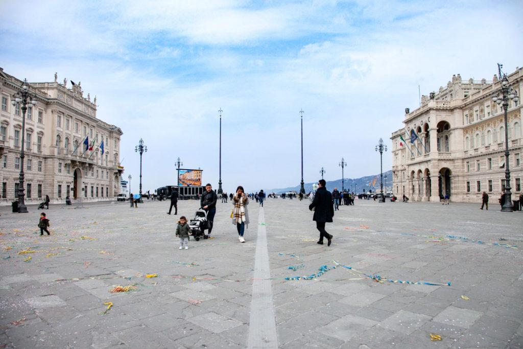 Piazza Unità d'Italia verso il mare - Antenne con Alabarda - Trieste