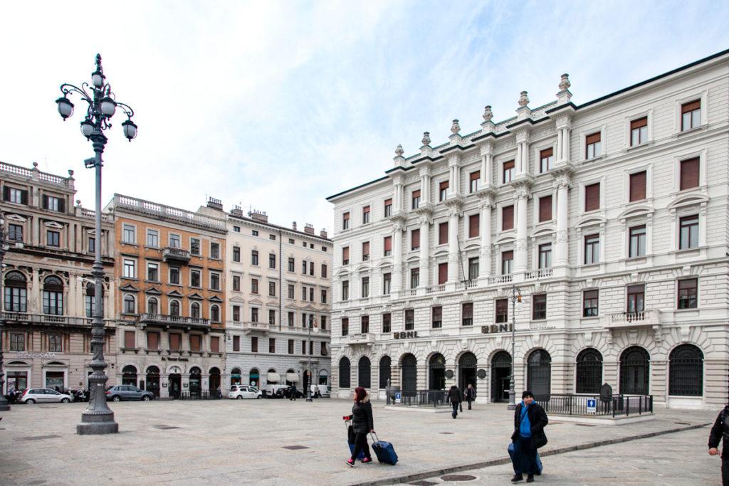 Piazza del Ponte Rosso a Trieste sul Canal Grande