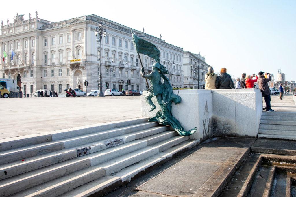 Statua del Bersagliere sulla scalinata verso il mare nel golfo di Trieste