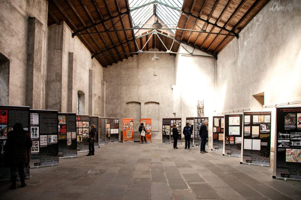 Tabelle che raccontano la storia del nazismo nella sala delle commemorazioni della Risiera di San Sabba