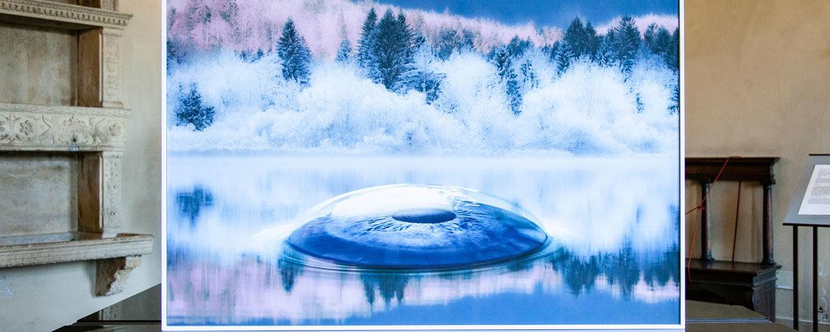 Turbolent Mirror - Occhio in lago Ghiacciato - Stampa su Carta Cotone di Aqua Aura