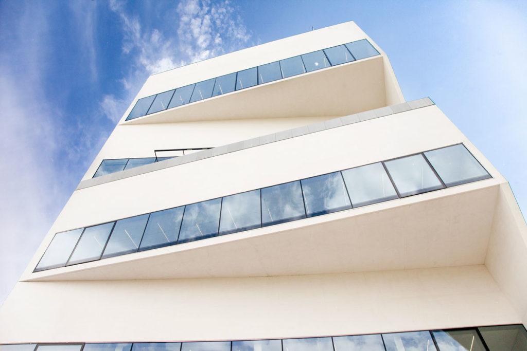 Ampie vetrate sui 9 piani della Torre di Fondazione Prada