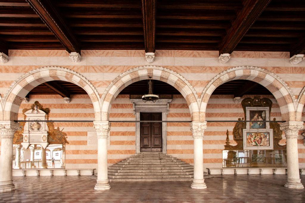 Archi e colonne della loggia del Lionello di Udine