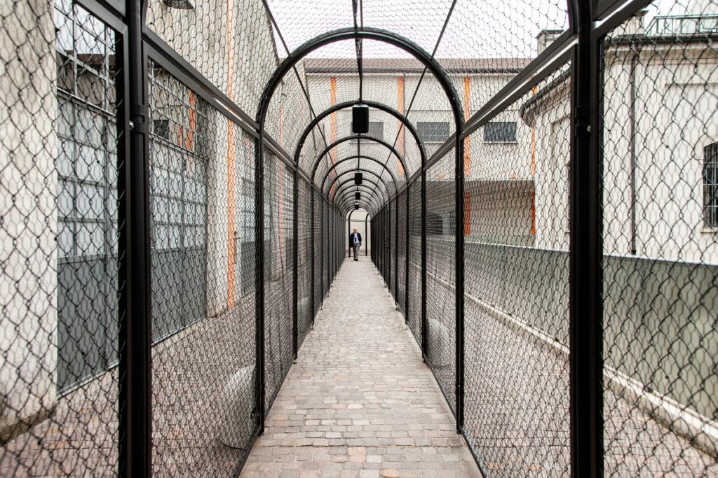 Corridoio con strutture contenitive lungo il cortile di Fondazione Prada - Whether Line