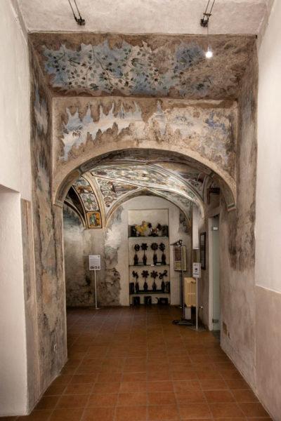 Corridoio degli archivolti e armadio con automi