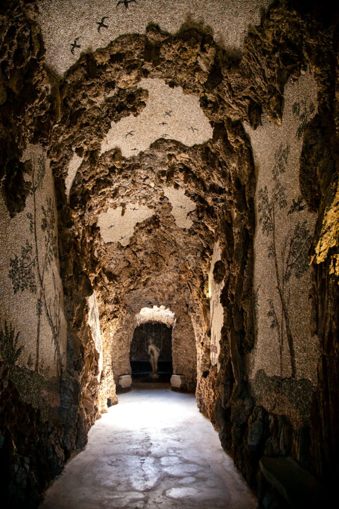 Corridoio delle Vecchie Grotte di Villa Litta Lainate con stormi di rondini sulla volta