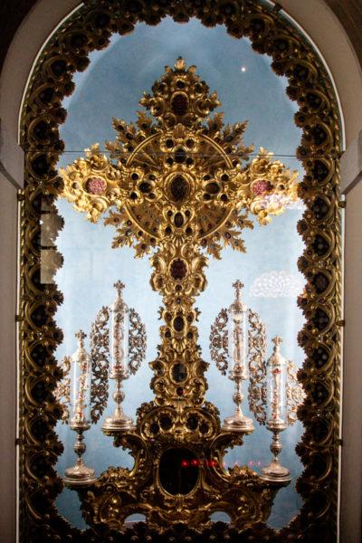 Crocifisso in bronzo denro la cappella del Santissimo Sacramento