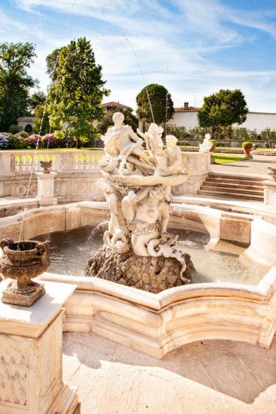 Dentro alla fontana Galatea con tre tritoni che sorreggono Galatea e cupido