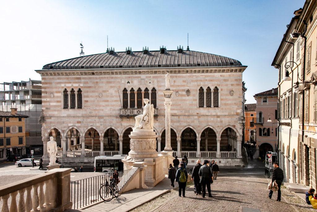 Facciata in marmo bianco e rosa - Loggia del Lionello di Udine