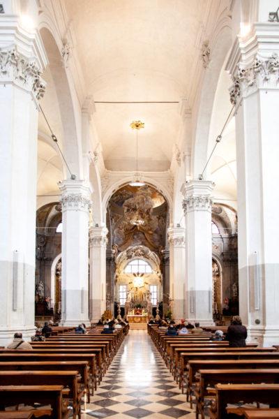 Interni e colonnati del duomo di Udine