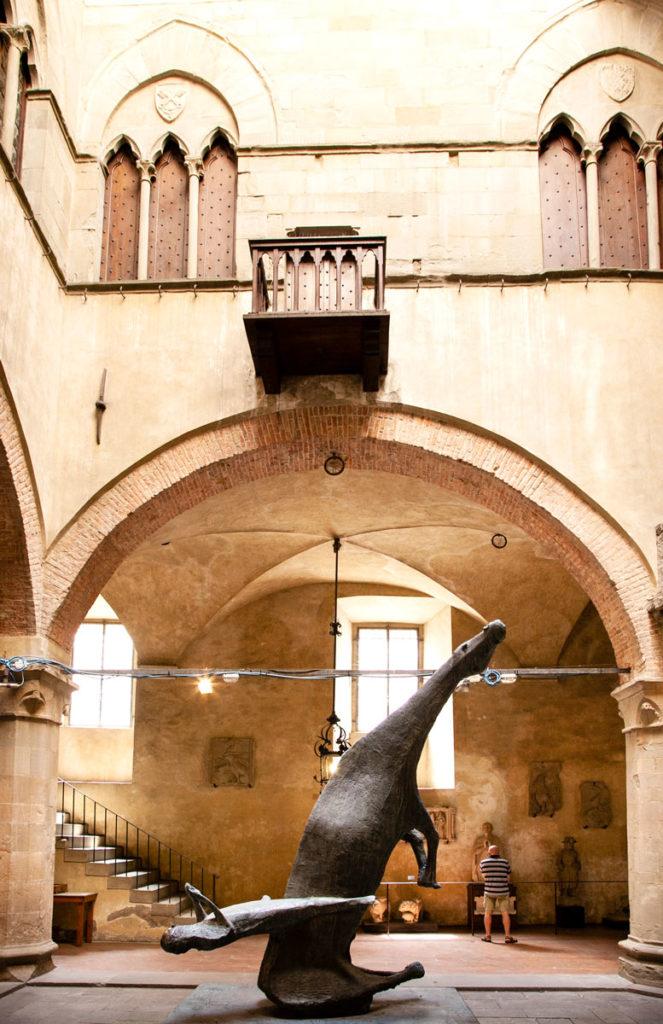 Monumento di Marino Marini dentro al palazzo del Giano