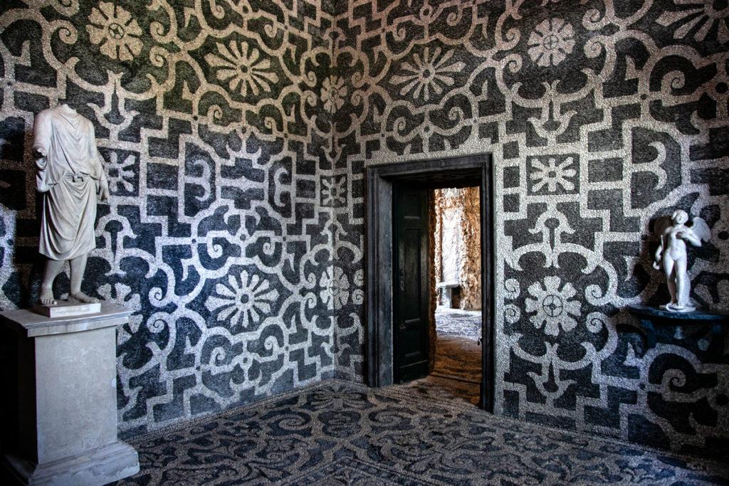 Mosaici in ciottoli sui muri delle sale del Ninfeo