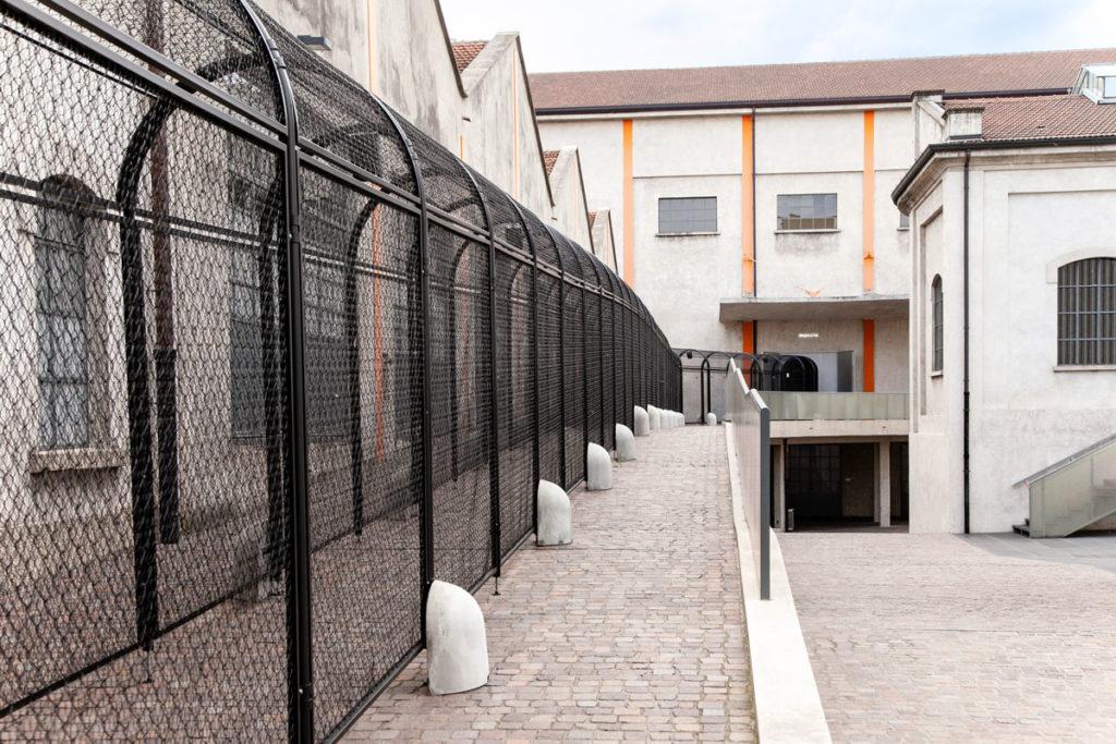 Neighbor Dub - Casse e tunnel nel cortile di Fondazione Prada