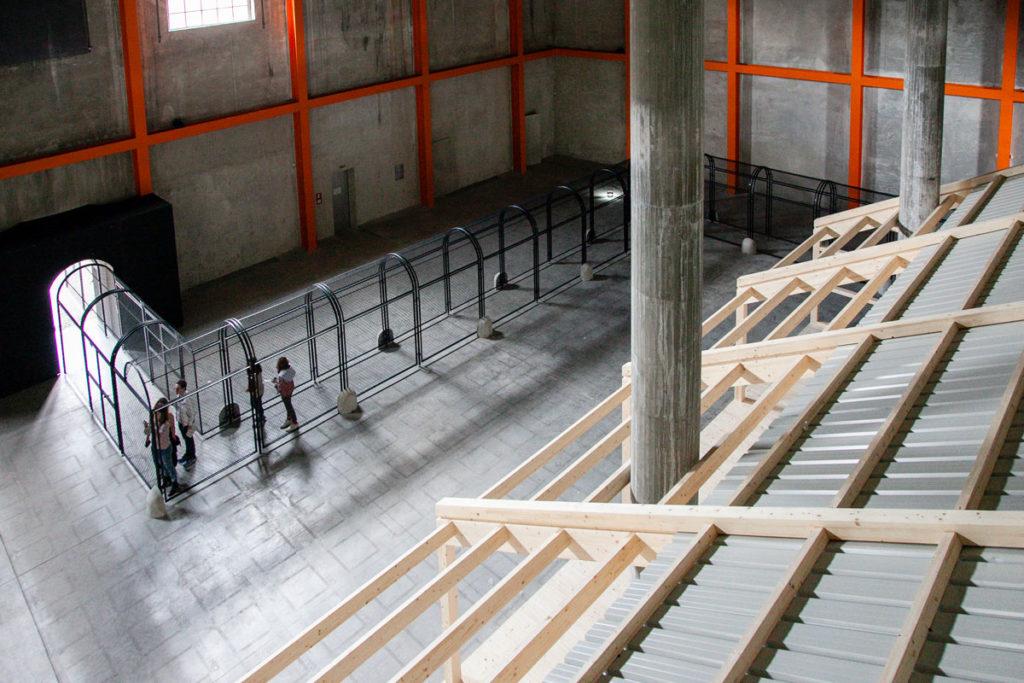 Panorama dentro al deposito di Fondazione Prada - Mostra Whether Line