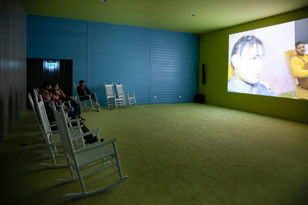 Plot front - video con sedie a dondolo - Fondazione Prada