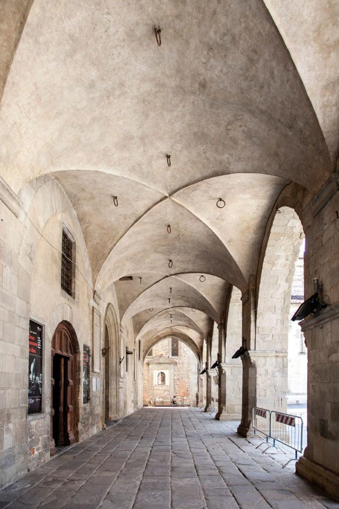 Porticato esterno del palazzo del Giano - palazzo del Comune di Pistoia
