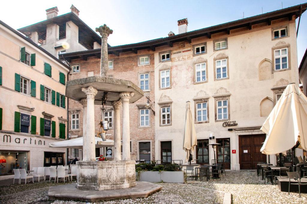 Pozzo ottagonale in piazza Matteotti di Udine