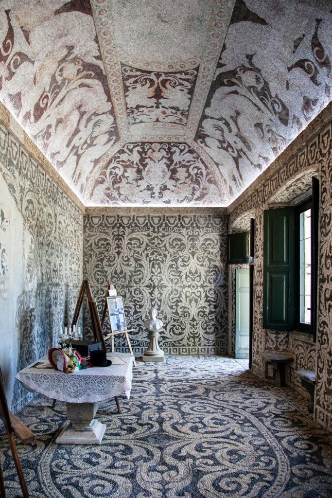 Sala Interna con Esposizione Vestiti d epoca e pavimentazione e soffitti con mosaici in ciottoli