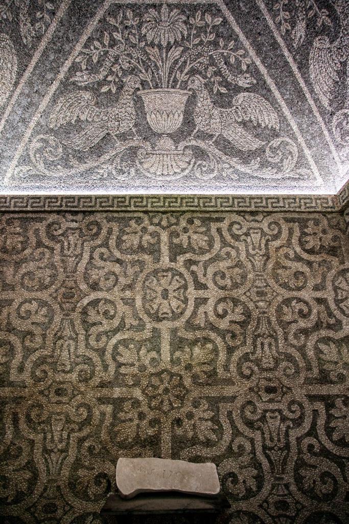 Sala del Ninfeo con Decorazioni in Ciottoli di Marmo