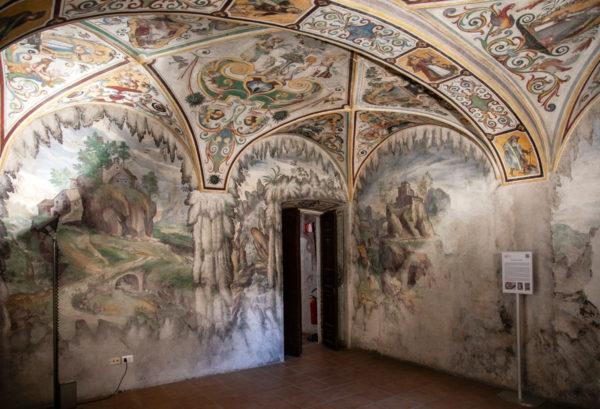 Sala sotto lo scalone di Villa Litta Lainate con pittura a calce di paesaggi e monasteri