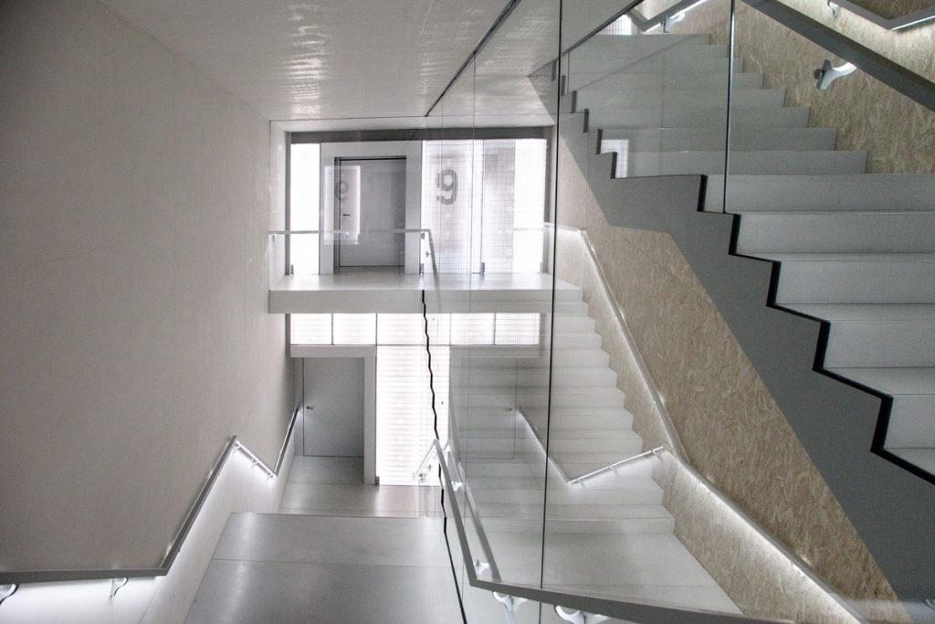Scalinata interna tra i piani della Torre di Fondazione Prada