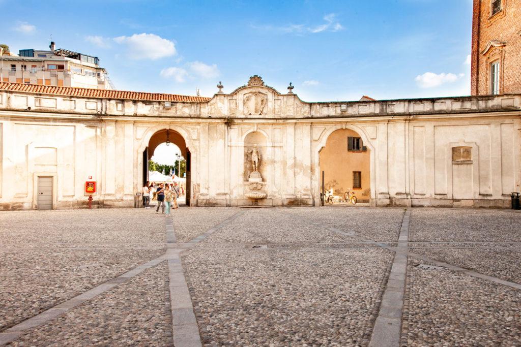 Statua Imperatore Romano al fianco dell'ingresso