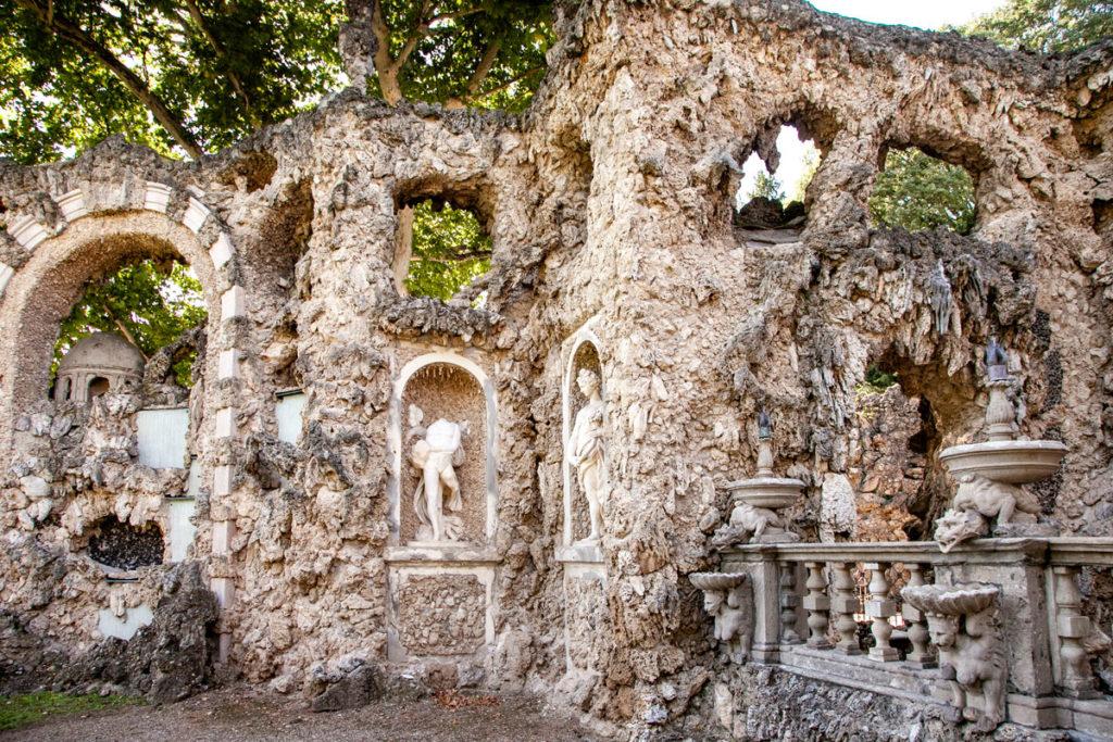 Statue e giochi di acqua nel Ninfeo