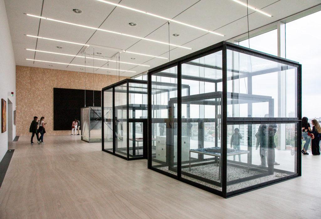Teche di Waiting for Inspiration di Damien Hirst a Fondazione Prada