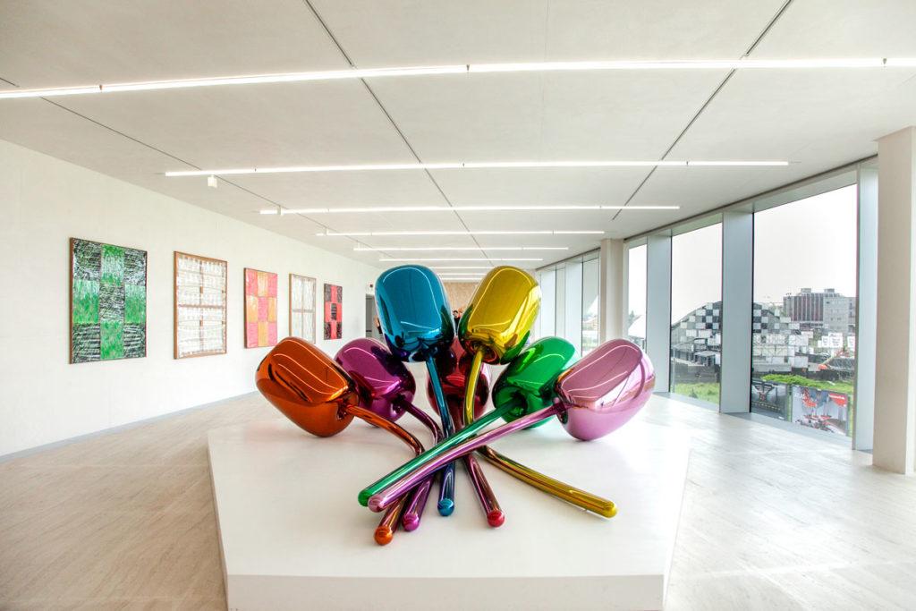 Tulips di Jeff Koons e Quadri di Carla Accardi - Arte Contemporanea a Milano