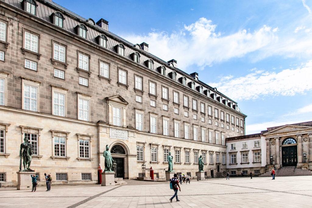 Accesso a Christiansborg Slot attraverso il portone della Regina