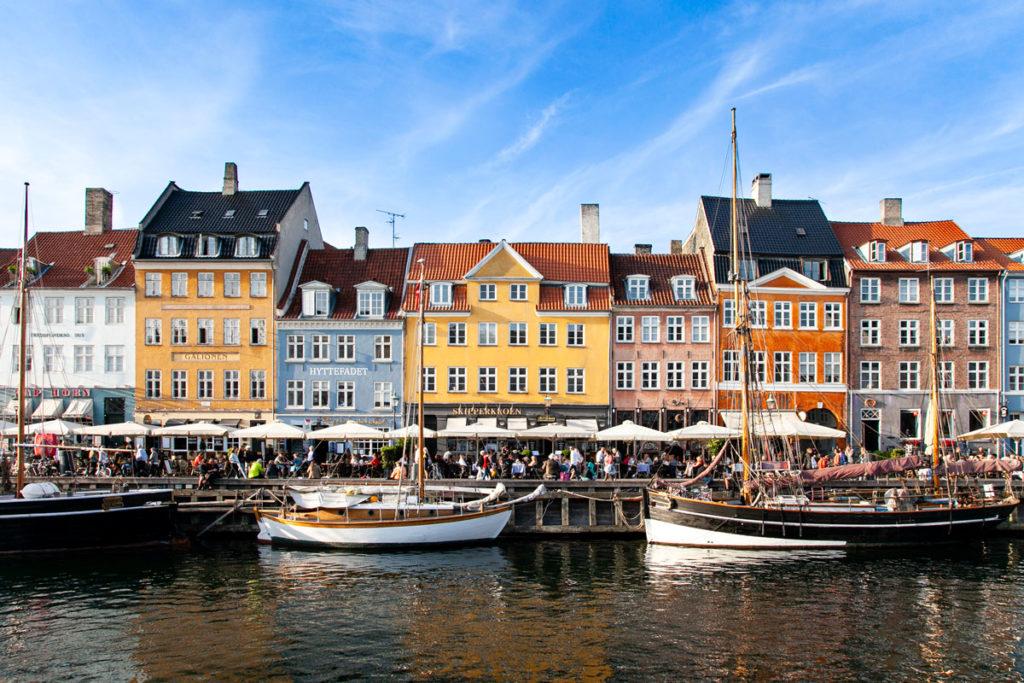 Barche e Bar sul canale che unisce il mare alla piazza reale di Copenaghen