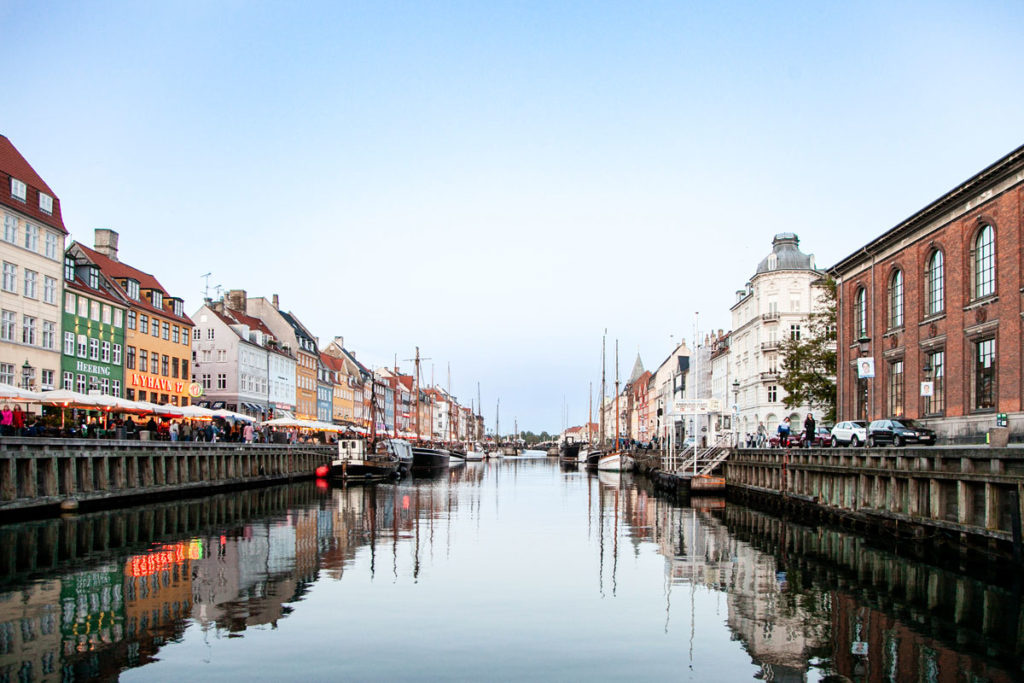 Canale Nyhavn che unisce il mare a Piazza Reale