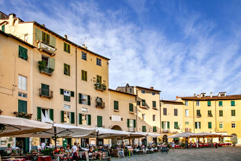 Case su Piazza Anfiteatro di Lucca