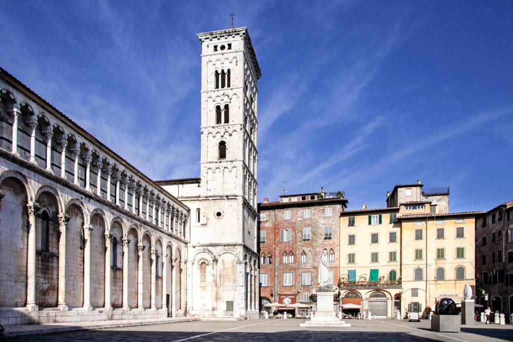 Chiesa di San Michele in Foro e Statua politico Francesco Burlamacchi